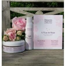 « A l'Eau de Rose » duo produktů pro hladivě jemnou gomáž - Gomážní pudr Rose Prune s tisícem okvětních lístků 45g, Růžová voda - čistý hydrolát z damašské růže 110 ml