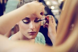 Adieu-au-maquillage-tenance-avec-lhuile-démaquillante-et-la-brosse-pour-le-visage-Doux-Good-300x200